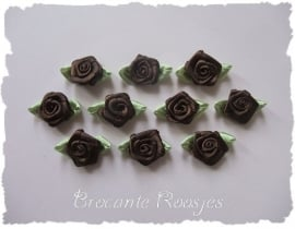 (RMb-015) 10 satijnen roosjes met blaadje - donkerbruin - 3cm