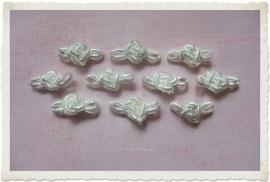 (Rb-025) 10 gevlochten satijnen roosjes met blaadje - ivoor - 2cm
