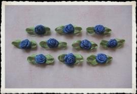 (Rb-040) 10 satijnen roosjes met blaadje - korenblauw - 2cm