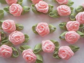 (Rb-032a) 10 satijnen roosjes met blaadje - zacht roze - 2cm