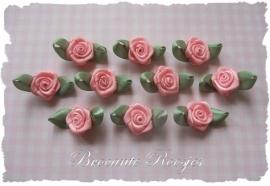 (RMb-022) 10 satijnen roosjes met blaadje - zacht roze - 27mm