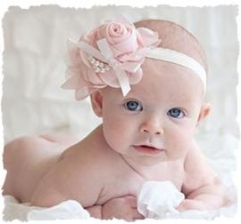 (BLzc-059) Grote chique roos met parelkettinkje en strikje - licht roze - 14x10cm