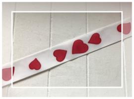 (O-002) Satijn lint - wit met rode hartjes - 22mm breed - lengte 75cm
