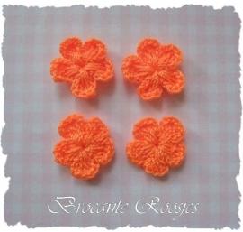 (BLh-012) 4 gehaakte bloemetjes - oranje - 2cm
