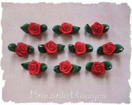 (RMb-026) 10 satijnen roosjes met blaadje - rood/donkergroen - 27mm