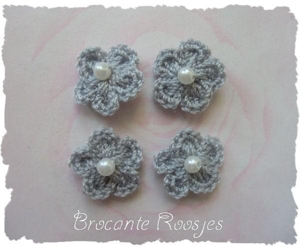 (BLh-033) 4 gehaakte bloemetjes met pareltje - grijs - 2cm