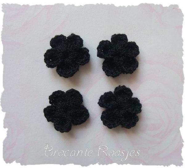(BLh-010) 4 gehaakte bloemetjes - donkerblauw - 2cm