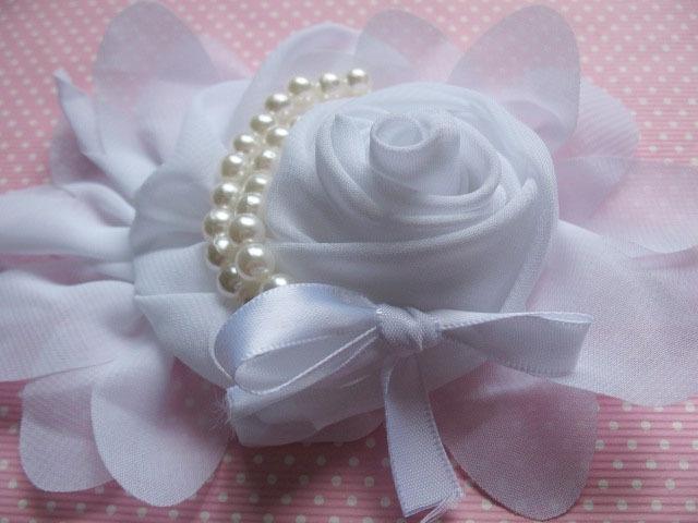 (BLzc-057) Grote chique roos met parelkettinkje & strikje - wit - 14cm