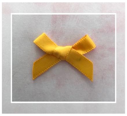 (Sz-021) Strikje - zelfklevend - oker geel - 25mm