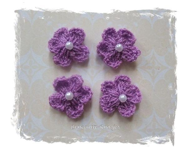 (BLh-030) 4 gehaakte bloemetjes met pareltje - lavendel - 2cm