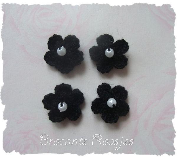 (BLh-034) 4 gehaakte bloemetjes met pareltje - zwart - 2cm