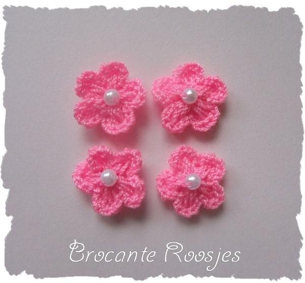 (BLh-023) 4 gehaakte bloemetjes met pareltje - roze - 2cm
