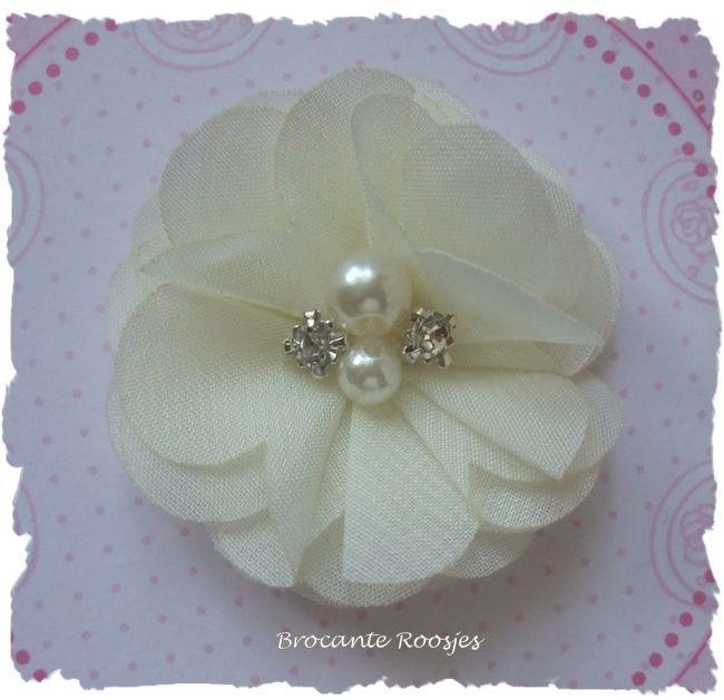 (BLzc-011) Chique bloem - pareltjes & strass - creme - 5cm