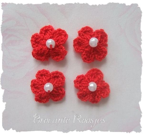 (BLh-026) 4 gehaakte bloemetjes met pareltje - rood - 2cm