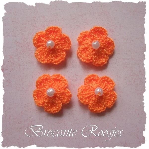(BLh-032) 4 gehaakte bloemetjes met pareltje - oranje