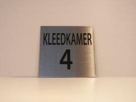 RVS deurplaatje, tekst KLEEDKAMER 4, 9 x 9 cm