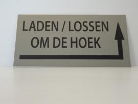"""RVS deurplaatje KLEIN  opschrift """"LADEN EN LOSSEN OM DE HOEK""""  + pijl rechtsom 18x9cm"""