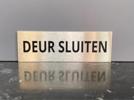 """RVS deurplaatje, opschrift """"DEUR SLUITEN"""" 15x5cm"""