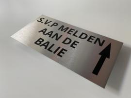 """RVS deurplaatje, opschrift """"SVP MELDEN AAN DE BALIE""""  + pijl rechtdoor 18x9cm"""