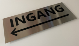 rvs verwijsbord met tekst INGANG + PIJL LINKS 45 x 17,5 cm