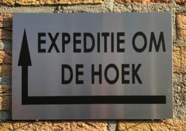 RVS buitenbord met opschrift 'EXPEDITIE OM DE HOEK' + pijl linksom 30 x 20 CM