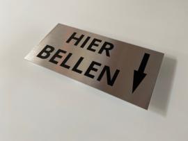 """RVS deurplaatje, opschrift """"HIER BELLEN + PIJL NAAR ONDER"""" 18x9 cm"""