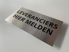 """RVS deurplaatje, opschrift """"LEVERANCIERS HIER MELDEN"""" 18x9cm"""