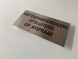 """RVS deurplaatje, opschrift """"VERTEGENWOORDIGERS UITSLUITEND...."""" 18x9cm"""