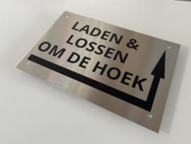 RVS buitenbord GROOT met opschrift 'LADEN EN LOSSEN OM DE HOEK' + pijl rechtsom 30 x 20 CM