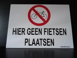 """Kunststof bord met opdruk """"HIER GEEN FIETSEN PLAATSEN"""" Art.nr.0022"""