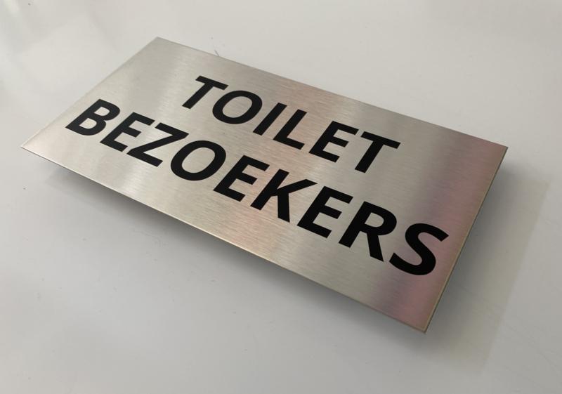 """RVS deurplaatje, opschrift """"TOILET BEZOEKERS"""" - 18x9 cm"""