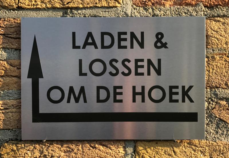 RVS buitenbord met opschrift 'LADEN EN LOSSEN OM DE HOEK' + pijl linksom 30 x 20 CM