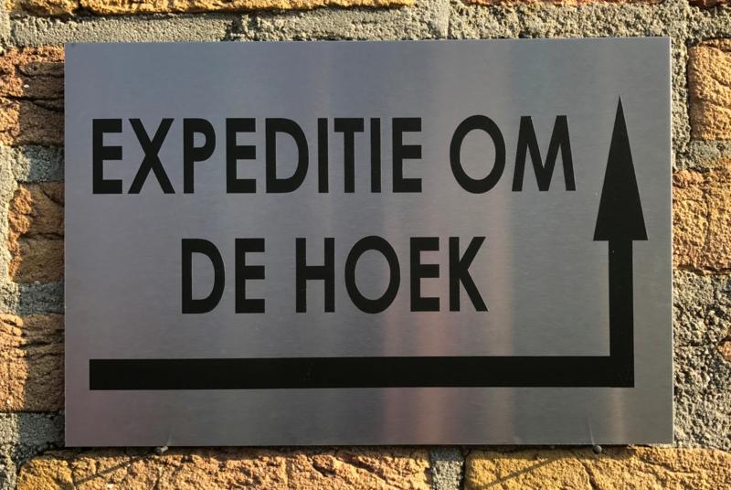 RVS buitenbord met opschrift 'EXPEDITIE OM DE HOEK' + pijl rechtsom 30 x 20 CM