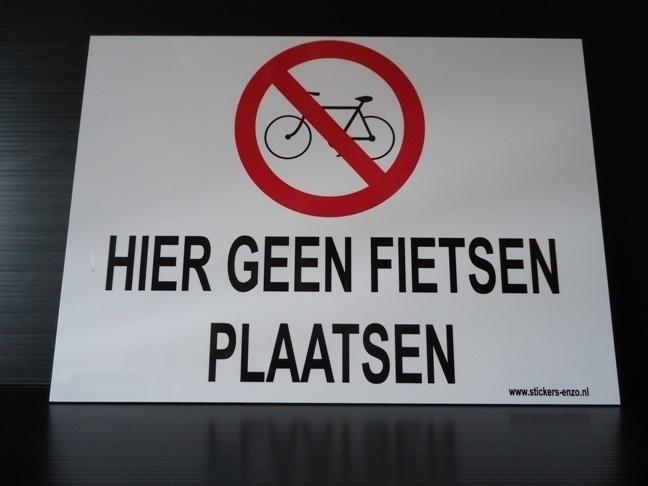 """Kunststof bord met opdruk """"HIER GEEN FIETSEN PLAATSEN"""" Art.nr EF036"""