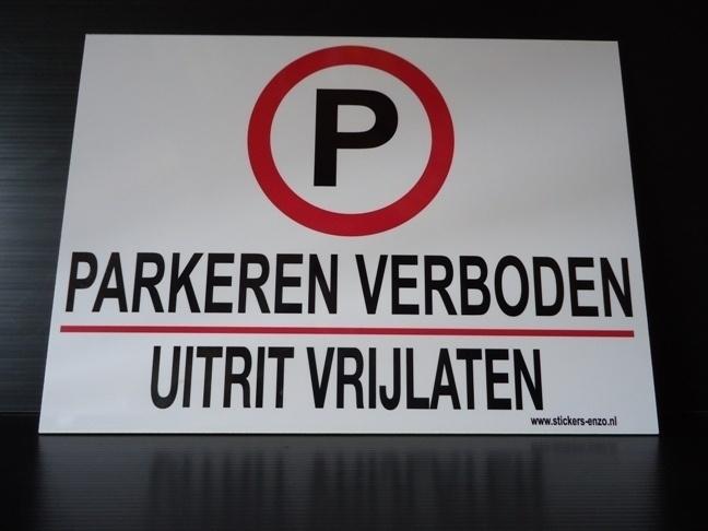 """Kunststof bord met opdruk """"UITRIT VRIJLATEN / PARKEREN VERBODEN"""" Art.nr. EF034"""