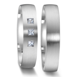 Elegante Matte WitgoudenTrouwringen Set met Drie Vierkante Diamanten
