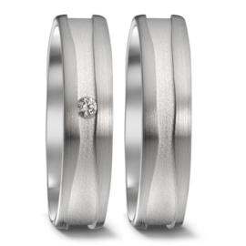 Matte Zilveren Trouwringen Set met Dieper Gelegen Strook en Diamant