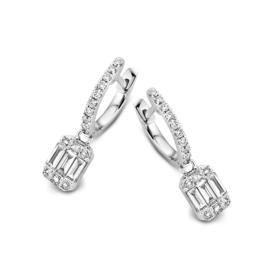 Excellent Jewelry Witgouden Creolen met Emerald-vormige Diamant Hanger