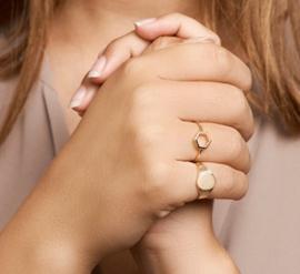 Robuuste Ovale Gouden Dames Zegelring | Kies je eigen letter
