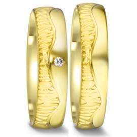 Bolstaande Gouden Trouwringen Set met Contrasterende Bewerking en Diamant