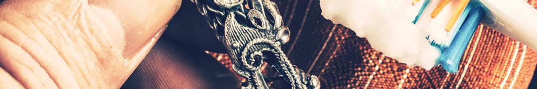 Een handige en snelle methode om uw zilveren sieraden schoon te krijgen, is gemakkelijk uit te voeren met iets dat bijna elk huishouden wel in huis heeft.