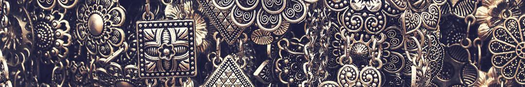 Het materiaal edelstaal wordt de laatste jaren steeds vaker gebruikt in het produceren van sieraden. Een andere benaming voor dit materiaal is chirurgisch staal en het materiaal kan niet roesten, heeft een heldere schittering en fijne textuur, maar is ook erg sterk, waardoor het langer mee kan. Qua kleur heeft edelstaal veel weg van zilver, maar is veel betaalbaarder waardoor het ideaal is om bijvoorbeeld ringen, armbanden en kettingen van te maken. Echt edelstaal moet uit minstens 10,5% chroom en maximaal 1,2% koolstof bestaan, anders valt het niet onder de noemer edelstaal.