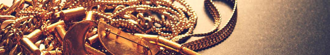 Goud is in de volksmond het meest waardevolle edelmetaal. Dit materiaal is bijzonder sterk en daardoor wordt het vaak gebruikt voor sieraden die lange tijd mee moeten gaan, zoals bijvoorbeeld trouwringen. Omdat goud zo sterk is moet het behoorlijk worden afgezwakt door het te combineren met andere metalen. De duurste vorm van goud, waarbij dus het meeste pure goud wordt gebruikt, is 18 karaats. Dit vertaald naar een samenstelling van 75% puur goud en 25% andere metalen. De meest voorkomende samenstelling, echter, is 58,5% puur goud en 41,5% andere metalen. Deze vorm van goud is het beste te bewerken en komt dus ook het vaakst voor. Dit vertaald naar 14 karaats goud en is te herkennen aan het '585'-merkje op het sieraad. Gouden sieraden van 8 karaat of 9 karaat, vallen niet onder de noemer gouden sieraden, maar worden bestempeld als goudhoudend metaal. Dit omdat goud in de Nederlandse wetgeving zodanig bestempeld is dat slechts sieraden met meer dan 50% puur goud als goud gezien mogen worden. Het is dus belangrijk om hierop te letten bij het aanschaffen van uw gouden sieraden.