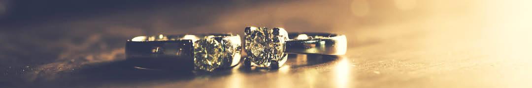 Platina is een edelmetaal dat bijna in zijn zuiverste vorm gebruikt kan worden doordat het zo gemakkelijk bewerkbaar is. De waarborgwet draagt er zorg voor dat platina sieraden zelfs minimaal voor 95% uit puur platina moeten bestaan. Is dit niet het geval, dan mogen deze sieraden niet als platina aangeboden worden. Deze sieraden zijn te herkennen aan het '950'-merkje.