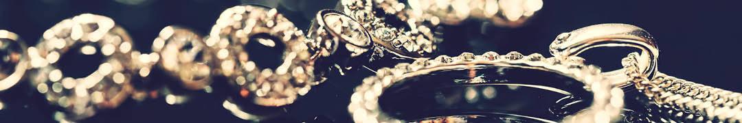 De beste kwaliteit zilver is te herkennen aan het '925'-merkje dat ergens op het zilveren oppervlak gedrukt moet staan. Dit merkje staat voor het percentage puur zilver dat in het sieraad verwerkt zit. De 925 houdt dus in dat er 92,5% puur zilver in het sieraad verwerkt zit. De andere 7,5% wordt aangevuld met bijvoorbeeld koper of een ander metaal, om het anders zo zachte zilver bruikbaar te maken voor sieraden. De 925 staat voor het eerste gehalte zilver, ook wel bekend onder de noemer sterling. Een armband of ketting van het allerbeste zilver, wordt dus ook wel een 925 sterling zilveren armband of ketting genoemd. Daarnaast is er nog het tweede gehalte zilver, te herkennen aan het '835'-merkje. Hoe lager het percentage zilver, hoe minder zilver is gebruikt en hoe minder het product dus waard is.