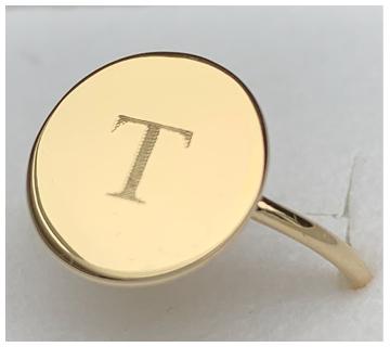Gouden ring met letter gravering