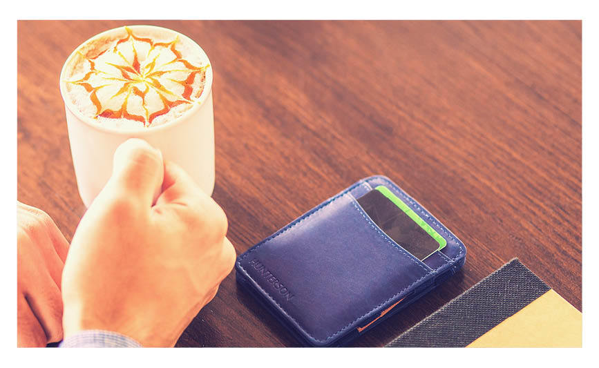 De Hunterson portemonnees zijn voorzien van een innovatief systeem waarmee u gemakkelijk uw briefgeld opbergt en met u meeneemt. Juwelier It's Beautiful