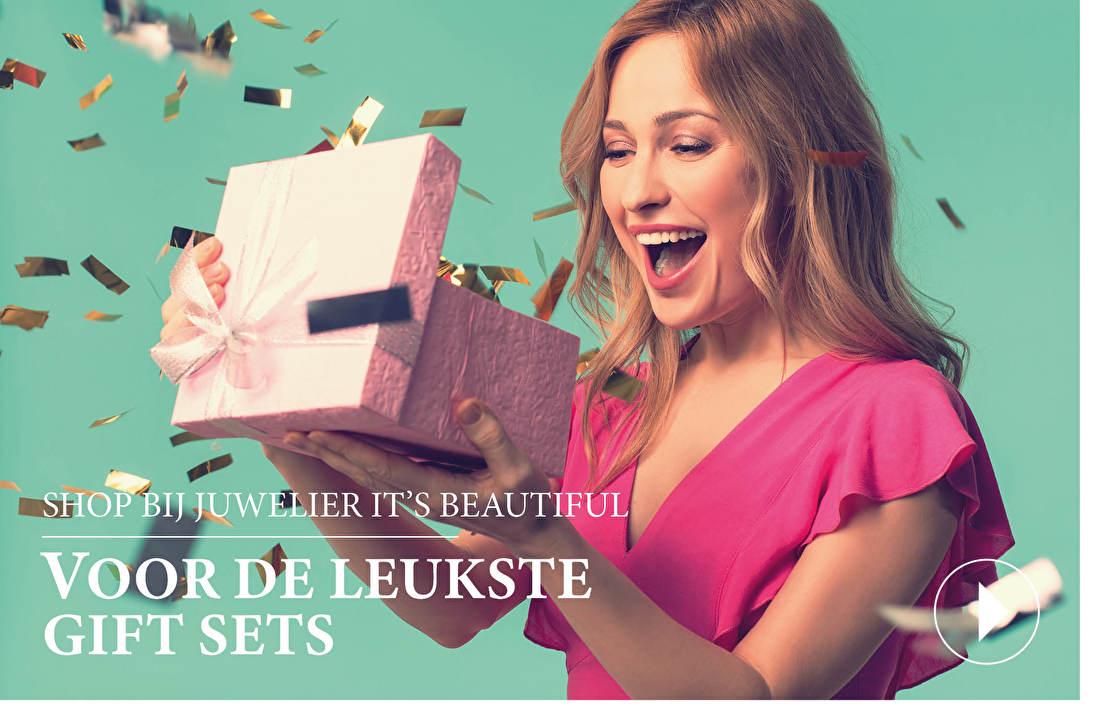 Shop bij juwelier It's Beautiful voor de leukste gift sets - Ben jij op zoek naar het perfecte cadeau voor hem of haar? Zoek dan niet verder en neem een kijkje op deze pagina die wij speciaal in het leven hebben geroepen om jou en andere cadeau-zoekenden verder te helpen.