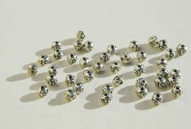 Rond bewerkte  kralen van Tibetaans zilver 5x6mm (M-008-PH)