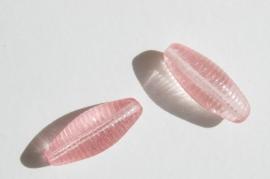 Glaskralen in zachtroze, langgerekt ovaal geribbeld (GK-10)